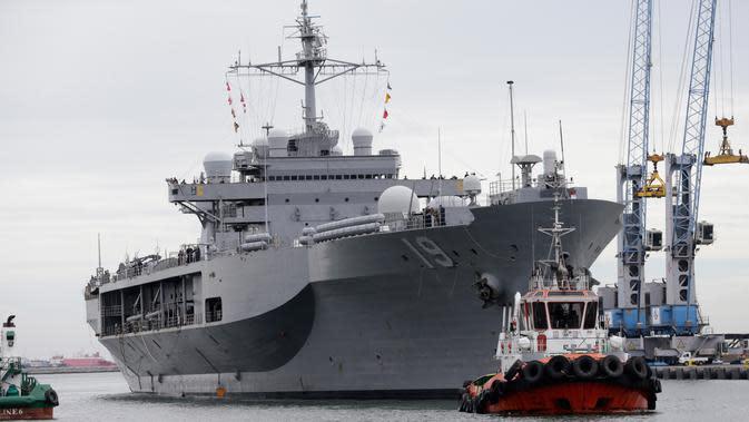 Letnan Angkatan Laut AS Joe Keiley berdiri di geladak helly Kapal komando Amerika Serikat USS Blue Ridge (LCC-19) yang berlabuh di dermaga JICT 2, Pelabuhan Tanjung Priok, Jakarta, Rabu (1/5/2019). Kapal perang tersebut memiliki panjang 194 meter dan berat 22,500 lbs. (AP/Dita Alangkara)