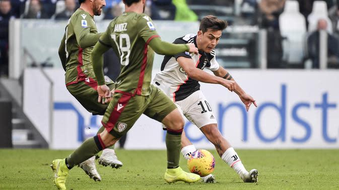 Penyerang Juventus, Paulo Dybala berusaha melewati dua pemain Cagliari pada pertandingan lanjutan Liga Serie A Italia di Stadion Allianz, Turin (6/1/2020). Juventus menang telak atas Cagliari 4-0. (Marco Alpozzi / LaPresse via AP)