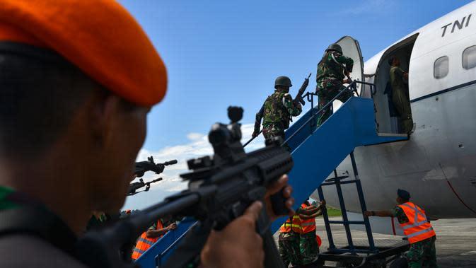 Sejumlah personel TNI AU menaiki tangga saat akan memasuki pesawat saat latihan serangan pesawat di Lanud Sultan Iskandar Muda, Blang Bintang, Provinsi Aceh, Kamis (19/2/2020). (CHAIDEER MAHYUDDIN/AFP)