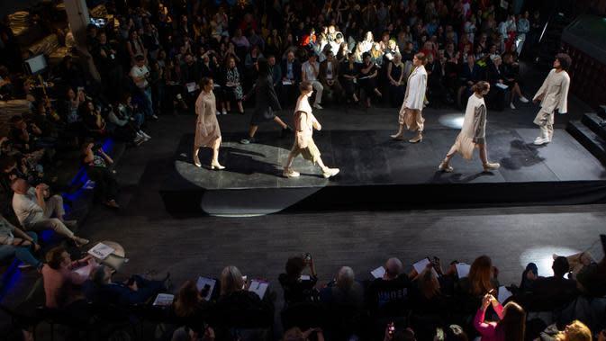 Para model menampilkan kreasi busana rancangan Yulia Razina dalam kompetisi perancang busana muda Couture Fashion Show di Moskow, Rusia, pada 24 September 2020. Lebih dari 30 perancang busana berpartisipasi dalam kompetisi tersebut. (Xinhua/Alexander Zemlianichenko Jr.)
