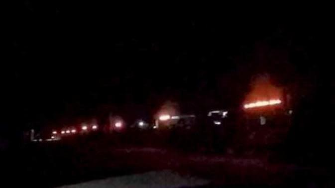 Pemuda Desa Sangowo Morotai melakukan pembakaran 1.000 sumbu pelita menyambut datangnya Lailatul Qadar usai salat tarawih malam ke-27 Ramadan 1441 Hijriah. (For Liputan6.com/Hairil Hiar)