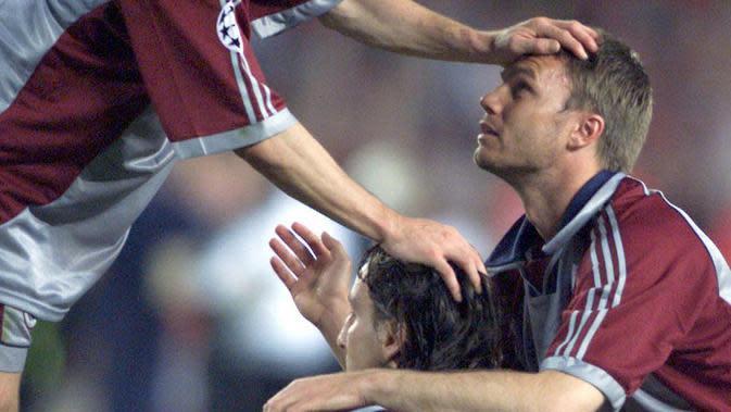 Pemain Bayern Munchen, Jens Jeremis Michael Tarnat tampak sedih usai ditaklukkan Manchester United pada laga final Liga Champions di Stadion Camp Nou, Barcelona (26/5/1999). Manchester United menang 2-1 atas Bayern Munchen. (AFP/Patrick Hertzog)