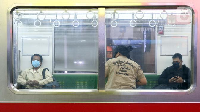 Penumpang KRL tujuan Bekasi menanti pemberangkatan di Stasiun Manggarai, Jakarta, Senin (13/4/2020). Seiring dengan pemberlakuan PSBB di DKI, PT KCI membatasi operasional KRL dari pukul 06.00 WIB hingga 18.00 WIB dengan jumlah penumpang 60 orang di setiap gerbongnya. (Liputan6.com/Helmi Fithriansyah