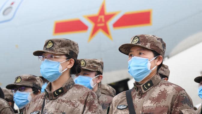 Staf medis militer yang diterbangkan menggunakan delapan pesawat angkut berkapasitas besar milik Angkatan Udara Tentara Pembebasan Rakyat China (PLA) tiba di Bandara Internasional Tianhe di Wuhan, Provinsi Hubei, China tengah, pada 2 Februari 2020. (Xinhua/Cheng Min)