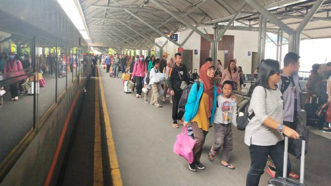 Penumpang kereta api di wilayah PT KAI Daop 8 Surabaya. (Foto: Liputan6.com/Dian Kurniawan)