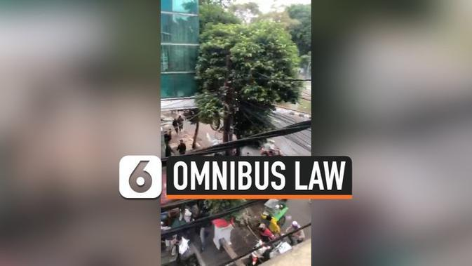 VIDEO: Demo Tolak UU Cipta Kerja Memanas, Polisi Tembakkan Gas Air Mata