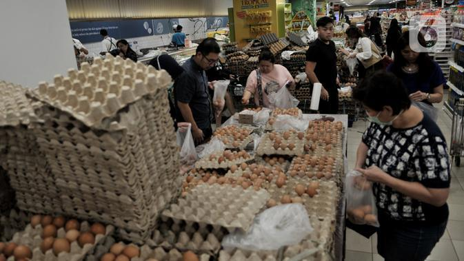 Pengunjung memborong telur di sebuah pusat perbelanjaan kawasan Kelapa Gading, Jakarta, Senin (2/3/2020). Warga berbondong-bondong membeli bahan-bahan pokok hingga masker dan hand sanitizer setelah kabar dua warga Depok positif terinfeksi virus corona. (merdeka.com/Iqbal S Nugroho)