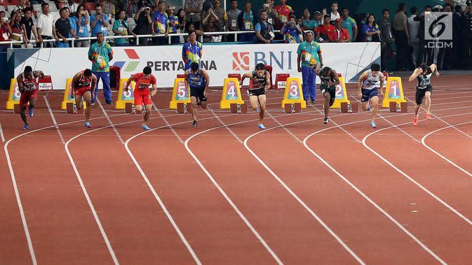 Delapan sprinter saat start pada final atletik Asian Games 2018 nomor 100 meter putra di Stadion Utama GBK, Jakarta (26/8). Sprinter Lalu Muhammad Zohri lari di lintasan no 7. (Liputan6.com/Fery Pradolo)