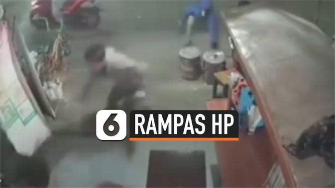 VIDEO: Detik-Detik Pria Bersenjata Tajam Rampas HP Pedagang