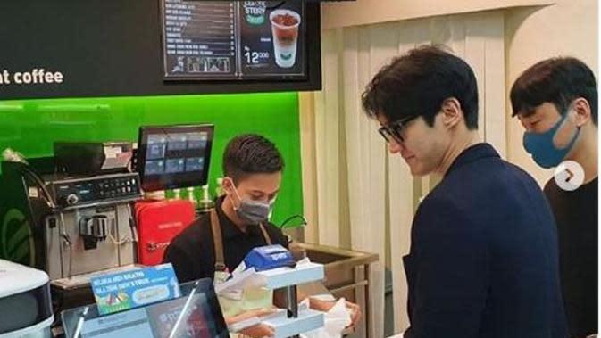 Belanja di Mini Market Jakarta, Siwon Super Junior Bikin Heboh. (dok.Instagram @elfina88/https://www.instagram.com/p/B9jd1l_BvTZ/Henry)