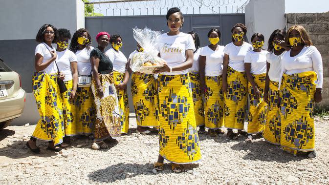 Seorang pengantin wanita berpose dengan pengiring pengantinnya dalam upacara Icilanga Mulilo di Lusaka, ibu kota Zambia (5/9/2020). Icilanga Mulilo, merupakan upacara sebelum pernikahan di mana mempelai pria disajikan makanan yang disiapkan oleh keluarga mempelai wanita. (Xinhua/Martin Mbangweta)