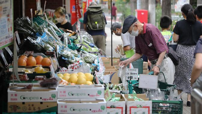 Orang-orang yang mengenakan masker memilih buah dan sayur di sebuah toko di Tokyo, Jepang (27/6/2020). Pemerintah kota metropolitan Tokyo mengonfirmasi 54 kasus infeksi baru COVID-19, menandai hari kelima berturut-turut penambahan kasus harian baru di ibu kota tersebut. (Xinhua/Du Xiaoyi)