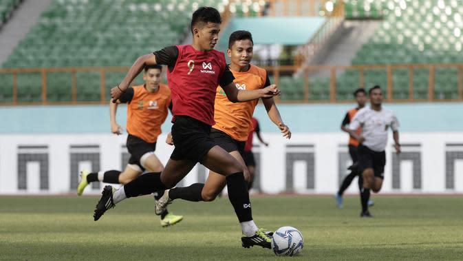 Pemain Timnas Indonesia U-19 saat mengikuti internal games di Stadion Wibawa Mukti, Cikarang, Rabu (15/1). Sebanyak 53 pemain mengikuti seleksi untuk memperkuat skuat utama Timnas Indonesia U-19. (Bola.com/Yoppy Renato)