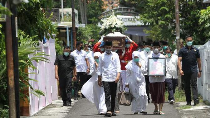 Prosesi Pemakaman Ibunda Jokowi Credit: Liputan6/FajarAbrori