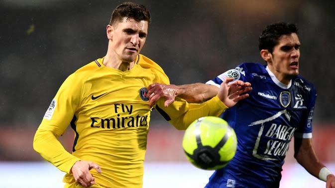 Bek Paris Saint-Germain (PSG), Thomas Meunier, berebut bola dengan gelandang Troyes, Jimmy Giraudon, pada laga Liga 1 Prancis di Stadion Aube, Sabtu (2/2/2018). Troyes takluk 0-2 dari PSG. (AFP/Franck Fife)