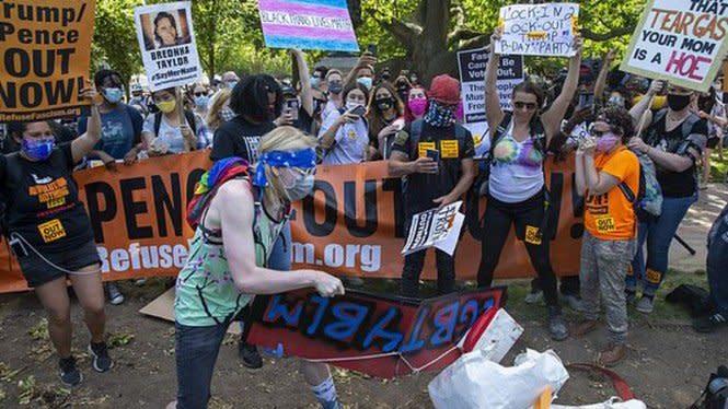 Trump Ulang Tahun, Demonstran Hancurkan Kue di Depan Gedung Putih