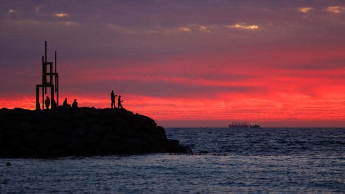 Orang-orang menyaksikan pameran patung bertajuk Sculpture by the Sea di Pantai Cottesloe di Perth, Australia, pada 6 Maret 2020. Ajang pameran patung terbesar gratis untuk publik di dunia ini berlangsung hingga 23 Maret 2020 mendatang. (Xinhua/Zhou Dan)