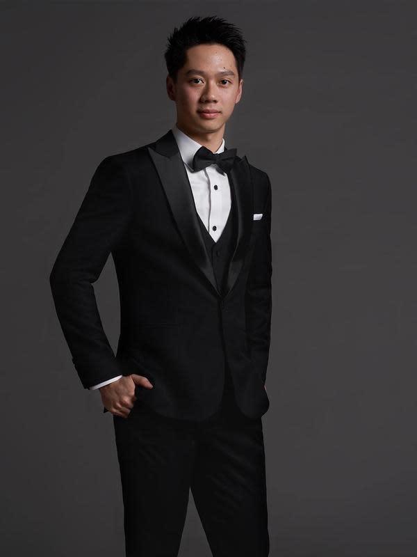 Cowok kelahiran 24 tahun silam ini makin terlihat tampan dan berwibawa ketika mengenakan pakaian formal. Biasanya, pakaian formal ia kenakan ketika ada pemotretan khusus, acara formal, dan pertemuan dengan pihak-pihak penting. (Liputan6.com/IG/@kevin_sanjaya)
