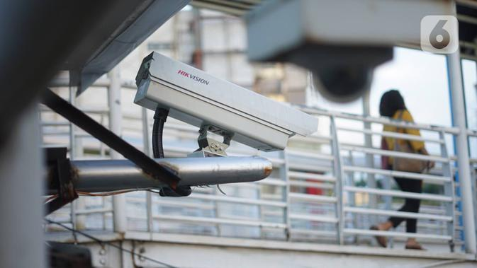 Kamera pengawas terpasang di jalur koridor 6 Transjakarta, Jakarta, Kamis (23/1/2020). Direktorat Lalu Lintas Polda Metro Jaya akan menerapkan tilang elektronik untuk pengendara motor di Jalan Sudirman-MH Thamrin dan jalur koridor 6 Trans-Jakarta Ragunan-Dukuh Atas. (Liputan6.com/Immanuel Antonius)