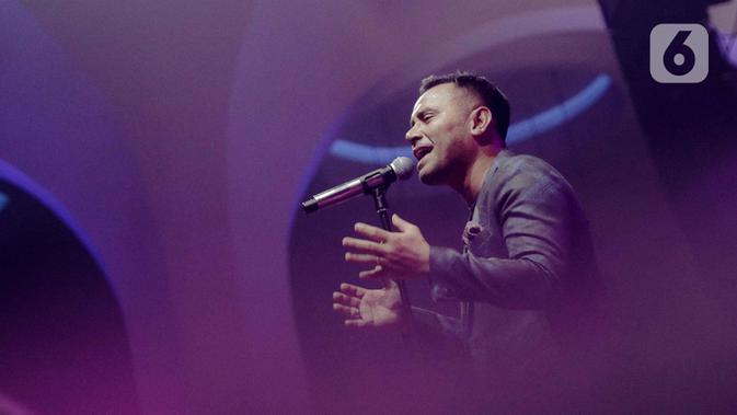 Penyanyi Judika tampil dalam konser yang bertajuk 'Rindu Kamu yang Dulu' di The Pallas SCBD, Jakarta, Jumat (14/2/2020). Dalam penampilannya Judika membawakan 10 lagu diantaranya, Sampai Akhir, Sampai Kau Jadi Milikku, dan Malaikat. (Liputan6.com/Faizal Fanani)