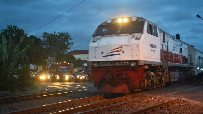 Kereta api melintas di Perlintasan Kereta Sidareja, Cilacap, Jawa Tengah. (Foto: Liputan6.com/Muhamad Ridlo)