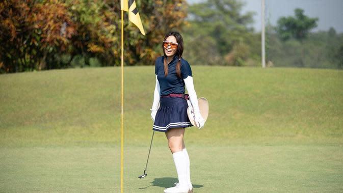 Ayu Dewi bermain golf (Instagram/mrsayudewi)