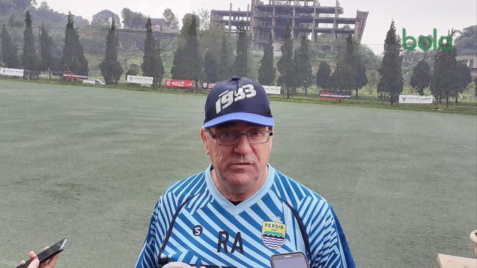 Pelatih Persib Bandung, Robert Alberts setelah menyaksikan pasukannya beruji coba kontra Persib U-20 di Inspire Arena, Parompong, Lembang, Kabupaten Bandung Barat, Selasa (28/1/2020). (Bola.com/Erwin Snaz)