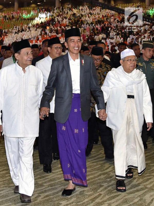 Presiden Joko Widodo (tengah), Ketum UMI KH Ma'ruf Amin (kanan) dan Habib Luthfi bin Yahya saat pembukaan Festival Sholawat Nusantara Piala Presiden di Sentul International Convention Center, Jawa Barat (24/2). (Liputan6.com/Pool/Rusman-Biro Pers Setpres)