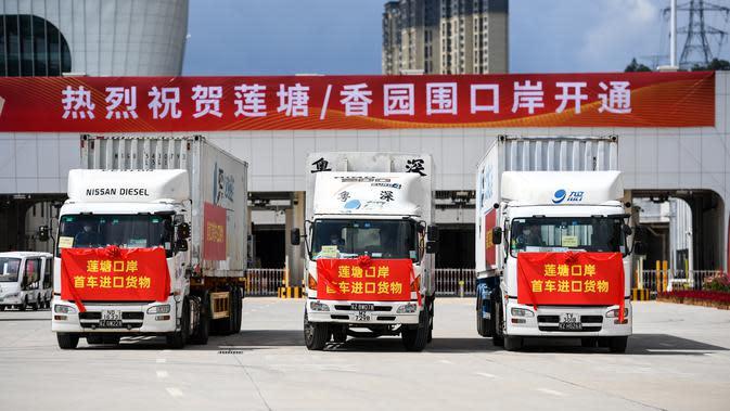 Truk-truk di Pos Pemeriksaan Perbatasan Pelabuhan Liantang/Heung Yuen Wai di perbatasan Hong Kong-Shenzhen di China selatan (26/8/2020). Dengan dibukanya pos ini, Hong Kong akan mendapat banyak peluang di pasar yang sangat besar di Kawasan Teluk Besar Guangdong-Hong Kong-Makau. (Xinhua/Mao Siqian)