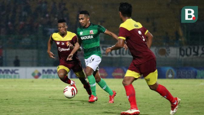 Duel Sackie Doe (Persik) vs Haris Tuharea (Madura United) dalam Piala Gubernur Jatim di Stadion Gelora Bangkalan, Bangkalan (12/2/2020). (Bola.com/Aditya Wany)