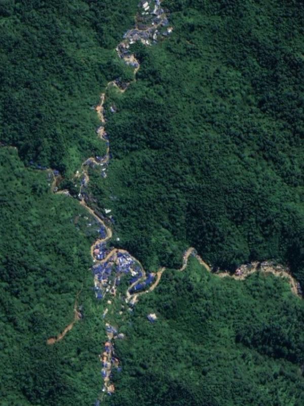 Penampakan deretan tenda biru di Taman Nasional Gunung Halimun Salak di aplikasi Google Map fitur Satelit. (Foto: Liputan6.com/Yandhi Deslatama)