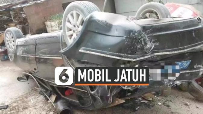 VIDEO: Rekaman Mobil Jatuh dari Ketinggian 6,7 Meter Saat Parkir