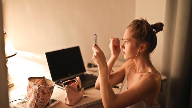 Ilustrasi mengenakan makeup   pexels.com/@adrienn-638530