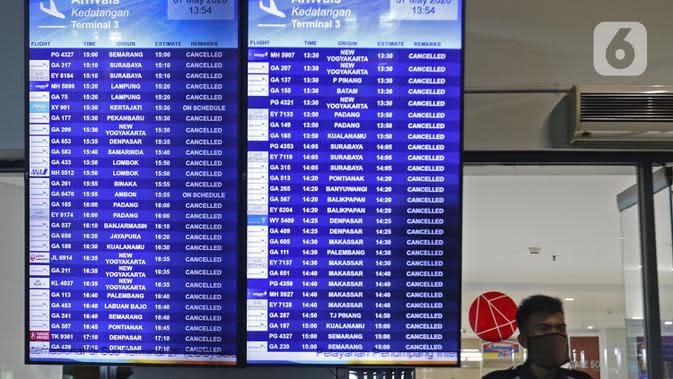 Papan informasi penerbangan di Terminal 3 Bandara Soekarno Hatta, Tangerang, Banten, Kamis (7/5/2020). Pemerintah membuka kembali penerbangan domestik dengan penumpang bersyarat dengan wajib menyertakan surat keterangan Negatif COVID-19 dari rumah sakit. (Liputan6.com/Herman Zakharia)
