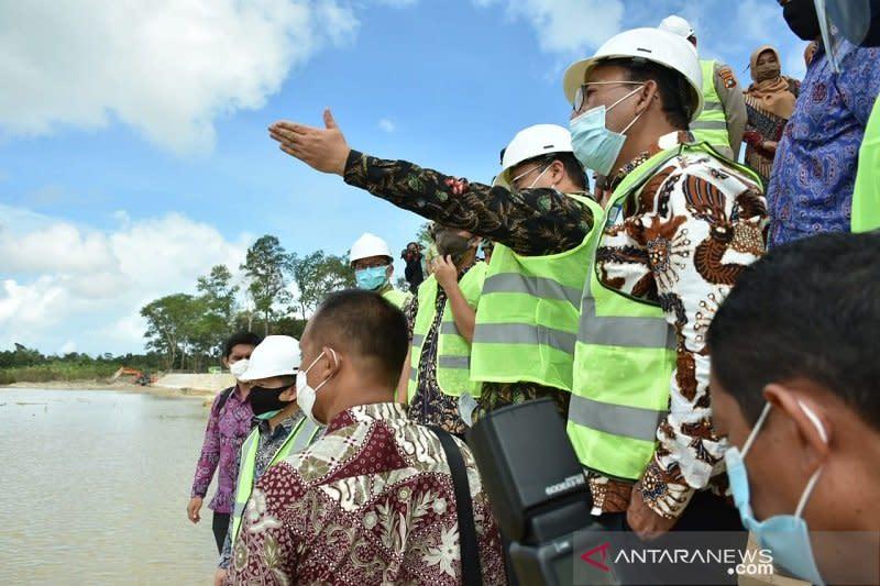 Menteri PPN tinjau langsung pembangunan embung di Belitung Timur