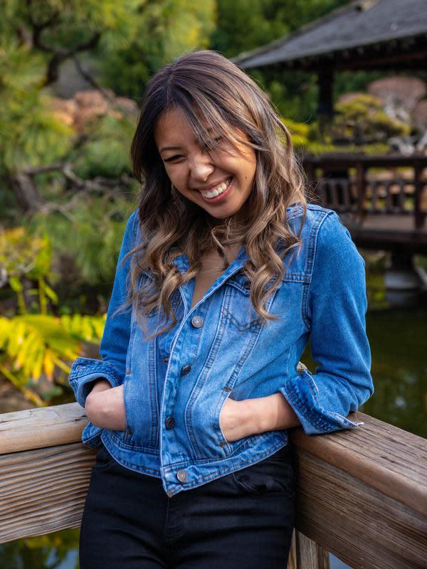 ilustrasi perempuan tertawa/Photo by Austin Barber (Pexels)