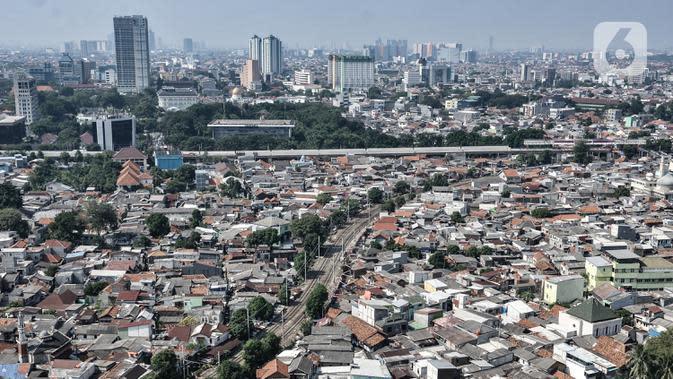 Pandangan udara permukiman padat penduduk di Jakarta, Senin (27/7/2020). Menteri Keuangan Sri Mulyani mengatakan pertumbuhan ekonomi di DKI Jakarta mengalami penurunan sekitar 5,6 persen akibat wabah Covid-19. (merdeka.com/Iqbal S. Nugroho)