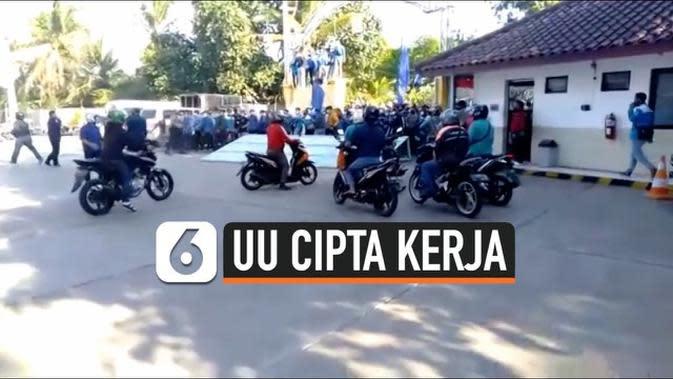 VIDEO: Ajak Rekannya Berdemo, Buruh Jebol Pintu Gerbang Pabrik
