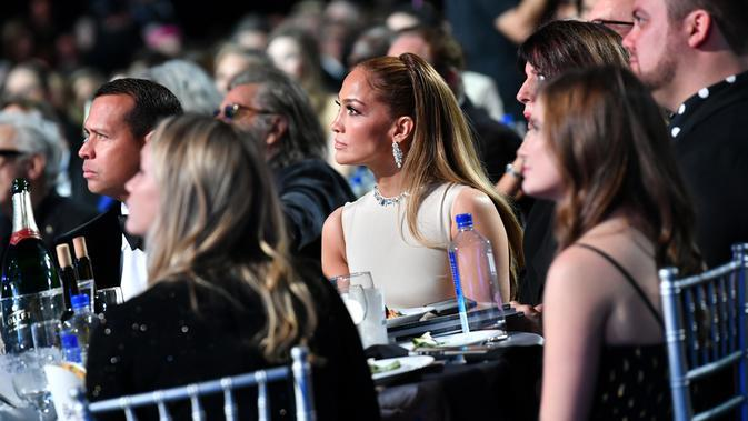 Jennifer Lopez saat menghadiri Critics' Choice Awards 2020 di Barker Hangar, Santa Monica, California, Amerika Serikat, Minggu (12/1/2020). Jennifer Lopez tampil cantik dengan mengenakan gaun krem yang memperlihatkan punggung dan sampingnya. (Emma McIntyre/Getty Images/AFP)