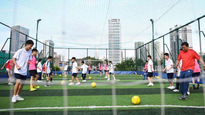Xu Yongzhong, guru di Sekolah Menengah No.10 Guangzhou, memberikan instruksi kepada siswa di lapangan olahraga di atas gedung Sekolah Menengah No.10 Guangzhou di Guangzhou, Provinsi Guangdong, China selatan (17/9/2020). (Xinhua/Deng Hua)