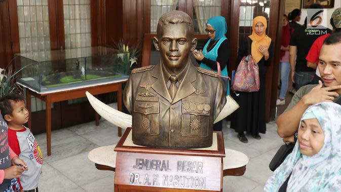 Patung Jendral AH Nasution yang terpajang di Museum AH Nasution di Menteng, Jakarta, Sabtu (30/9). Museum ini semula adalah kediaman pribadi dari Pak Nasution yang ditempati bersama dengan keluarganya sejak tahun 1949. (Liputan6.com/Angga Yuniar)