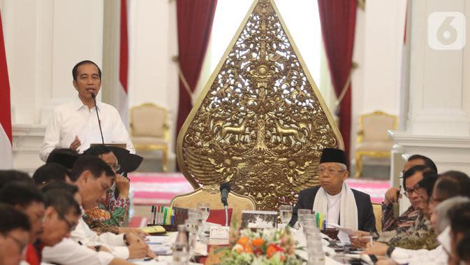 Presiden Joko Widodo didampingi Wapres Ma'ruf Amin memimpin sidang kabinet paripurna di Istana Merdeka, Jakarta, Kamis (24/10/2019). Rapat kabinet paripurna perdana tersebut mendengarkan arahan Presiden dan membahas anggaran pendapatan dan belanja negara tahun 2020. (Liputan6.com/Angga Yuniar)