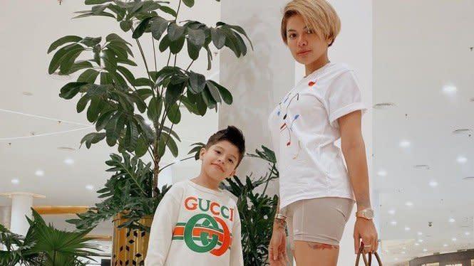 Pelukan dan Air Mata Nikita Mirzani untuk Anaknya yang Akan Dioperasi