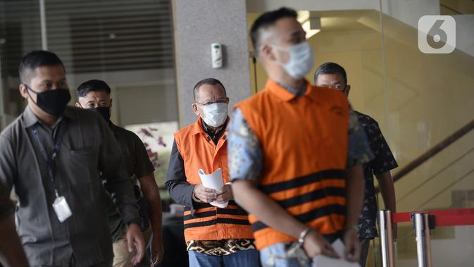 Mantan Sekretaris MA Nurhadi (tengah) dan menantunya Rezky Hebriyono (kanan) memakai rompi tahanan usai ditangkap KPK di Gedung KPK, Jakarta, Selasa (2/6/2020). Nurhadi beserta menantunya menjadi DPO sejak pertengahan Februari 2020. (merdeka.com/Dwi Narwoko)