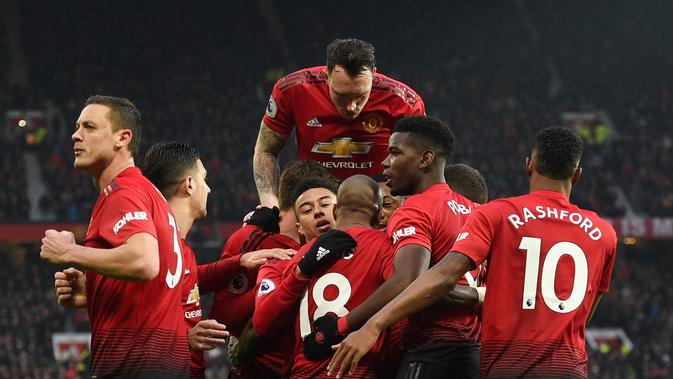 Pemain Manchester United (MU) merayakan gol Paul Pogba pada laga melawan Brighton & Hove Albion di Old Trafford, Sabtu (19/1/2019). (AFP/Oli Scarff)