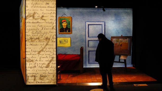 Pengunjung mengamati sebuah koleksi dalam proyek pameran Meet Vincent van Gogh Experience di London, Inggris, Selasa (25/2/2020). Acara ini merupakan proyek persembahan Museum Van Gogh untuk fokus pada kisah hidup inspiratif pelukis tersebut. (Xinhua/Han Yan)