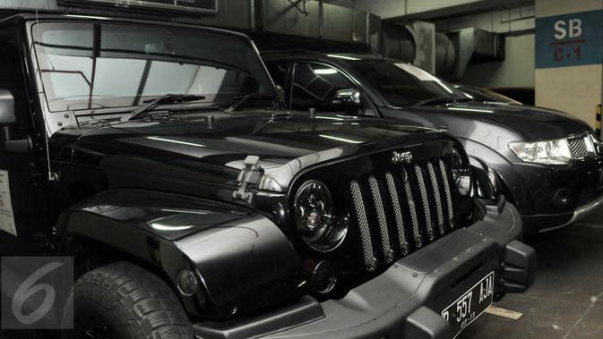 Sejumlah barang bukti kendaraan hasil faktur pajak fiktif disita di Gedung Dirjen Pajak, Jakarta, Kamis (26/1). (Liputan6.com/Yoppy Renato)