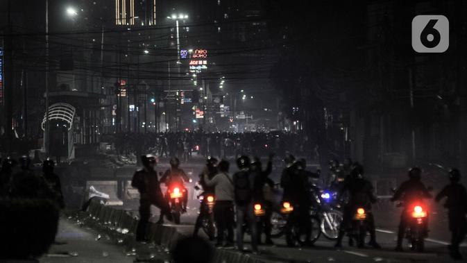 Massa berkumpul saat aparat kepolisian berupaya membubarkan mereka di kawasan Harmoni, Jakarta, Kamis (8/10/2020). Polisi berhasil membubarkan unjuk rasa ricuh yang dilakukan massa penolak UU Cipta Kerja dengan tembakan gas air mata dan watercanon. (merdeka.com/Iqbal S. Nugroho)