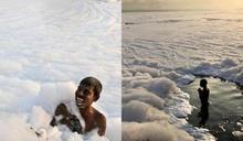 印度「泡泡河」細菌量驚人 居民不畏臭味汙染照常沐浴