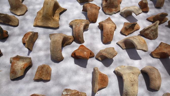 Pecahan keramik berupa stempel bertuliskan huruf Ibrani kuno yang ditemukan di sebuah situs penggalian di Yerusalem (22/7/2020). Tim arkeolog Israel menemukan pusat penyimpanan administratif berusia 2.700 tahun di Yerusalem. (Xinhua/Gil Cohen Magen)